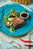 Steak mit Barbecue, Gemüse und Loganbeersauce foto