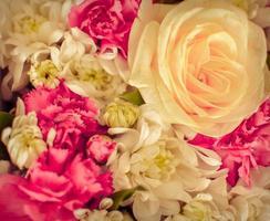schöner Strauß gemischter Blüten von Chrysanthemen Nelken und Rosen foto