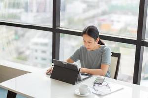Geschäftsfrau, die an einem Laptop im Büro arbeitet foto