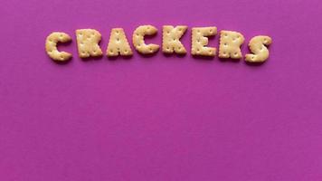 Cracker Wort auf rosa Hintergrund einfache flache lag mit Pastell Textur und Kopie Raum stock photo foto