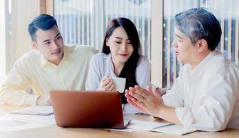 asiatische Geschäftsleute unterrichten Jobs für neue Generationen im Büro-Teamwork-Konzept foto