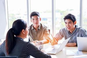 Eine Gruppe junger Geschäftsleute trifft sich mit Brainstorming und plant ein modernes Konzept für die Teamarbeit im Büro foto