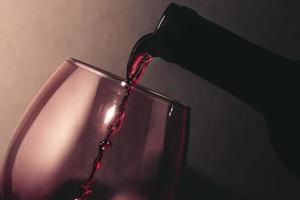 Wein ins Glas gießen foto