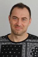 Porträt eines erwachsenen Mannes, der Kamera betrachtet foto
