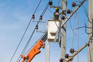 Bangkok, Thailand 2015 - Elektriker arbeiten an der Reparatur von Stromleitungen foto