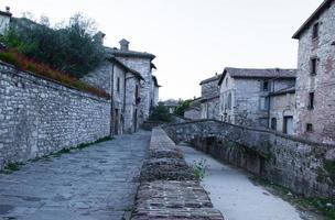 gesteinigter Weg und Häuser foto