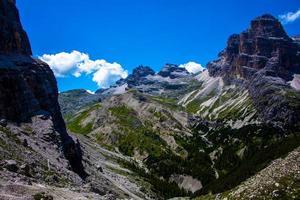 grünes Tal in den Dolomiten foto