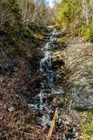 Laufen Sie von den Berggipfeln weg und arbeiten Sie sich bis zur Creek Route 450 Neufundland Kanada vor foto