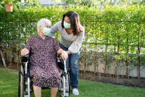 asiatische ältere oder ältere alte Dame Frau Patientin auf Rollstuhl im Park gesundes starkes medizinisches Konzept foto