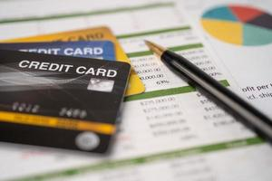 Kreditkarte auf Tabellenkalkulationspapier foto