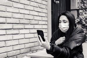 Frau auf den Schriftrollen draußen in den Straßentreppen mit Haus im Hintergrund foto