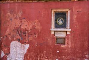Symbol auf rote Wand gesetzt foto