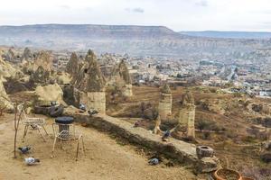 Panoramablick vom Hügel hinunter zur Goreme-Stadt in Kappadokien foto