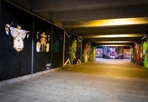 Tiflis, Georgien 2020 - leerer unterirdischer Durchgang unter der Barataschwili-Brücke mit Graffitis-Kunst über den Mauern foto
