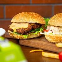 vegetarischer vegetarischer Burger mit einem Caesar Burger auf dem Teller foto