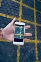 Hand mit einem Smartphone, das Fotos macht