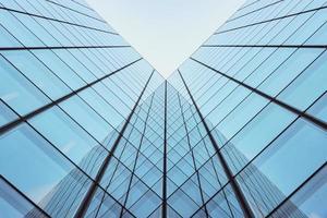 modernes Glasstadtgebäude mit klarem Himmelhintergrund foto