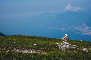 Stapel von Steinen auf einem Berg foto
