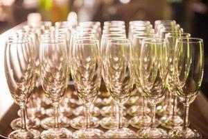 Reihen von Champagnergläsern in der Hochzeitsfeier foto