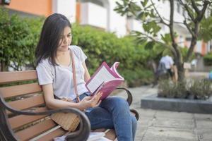 ein Porträt eines asiatischen Studenten auf dem Campus foto