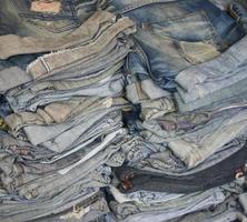 ein Stapel Blue Jeans foto