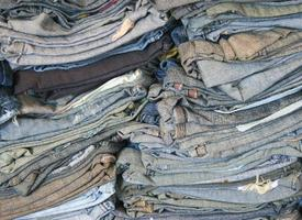 ein Stapel alter Blue Jeans foto