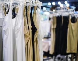 Unterhemd auf Kleiderbügel im Laden foto