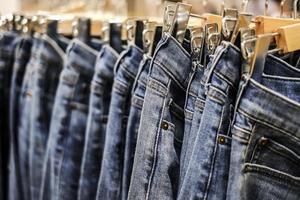 Reihe von aufgehängten Blue Jeans Hosen im Laden foto