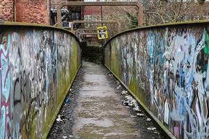 Graffiti auf der Innenseite der Brücke foto