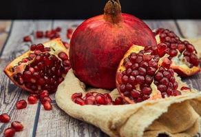 reife Granatapfelfrucht auf altem braunem Holz foto