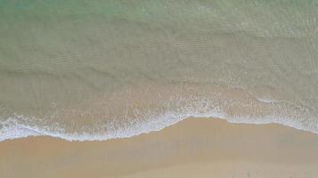 erstaunliches thailändisches Naturhintergrundwasser und schön heller Strand auf Ozean am sonnigen Tag foto