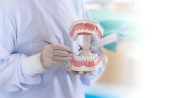 Zahnärztin, die in der Zahnarztpraxis steht foto