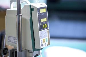 Infusionspumpe tropft im Krankenhaus foto