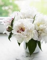 schöner rosa Pfingstrosenstrauß in einer Vase. foto