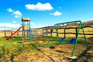 Spielplatz auf dem Land mit buntem Hintergrund foto
