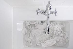 Wäsche im Waschbecken foto