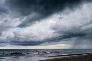 dunkler dramatischer Himmel und stürmische Wolken über dem Meer foto