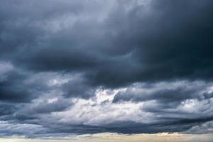 dunkler dramatischer Himmel und stürmische Wolken foto