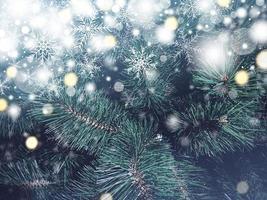 Weihnachtsbaum Textur Hintergrund mit Schneefall und Schneeflocke foto