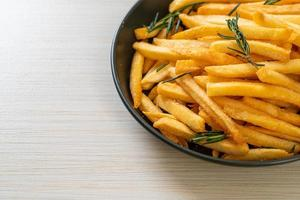 Pommes frites oder Kartoffelchips foto
