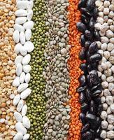 Lebensmittelhintergrund mit verschiedenen Hülsenfrüchten foto