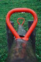 alte Holzwippe auf dem Spielplatz foto