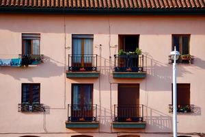 Fenster und Balkon an der Fassade des Hauses foto