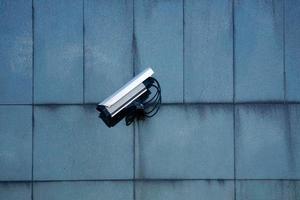 Überwachungskamera an der Wand foto