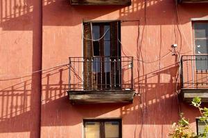 Balkon an der Fassade des Hauses foto