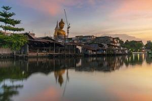 große buddha-statue in thailand bei sonnenuntergang foto