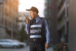 Wachmann steht im Freien mit tragbarem Radio foto