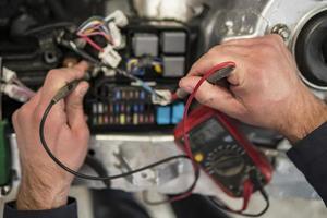 Autoelektriker repariert Autotester und Sicherungen und Zangen foto