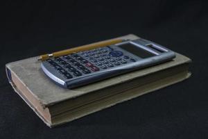 Mathelehrbuch Bleistift und Taschenrechner foto