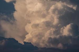 schreckliche Wolken am blauen Himmel foto